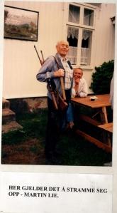 Martin Lie var en sentral person i motstandsbevegelsen i Lågendalen. Ikke minst var han, med lastebilen sin, en nyttig mann for transporten av hjemmefrontmateriell. Med sitt tillitvekkende vesen ble han aldri tatt av tyskerne eller nazi-politiet. I mange år var han omviser på Hedrum bygdetun, og bildet er tatt i den forbindelse.