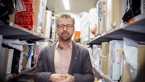 Her er det veldig fullt, konstaterer pressesjef John Eckhoff i Posten Norge. FOTO: Posten
